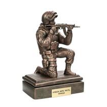 Скульптура «Боец спецназа с АКСУ на колене на подставке»