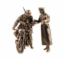 Статуэтка «Модель мотоцикла БМВ Р-12 с водителем и офицером»., масштабная модель 1:35