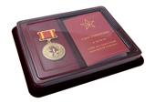 Наградной комплект к медали «100 лет советской пожарной охране» на четырехугольной колодке с бланком удостоверения